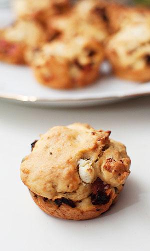 muffinki z fetą, boczkiem i suszonymi pomidorami