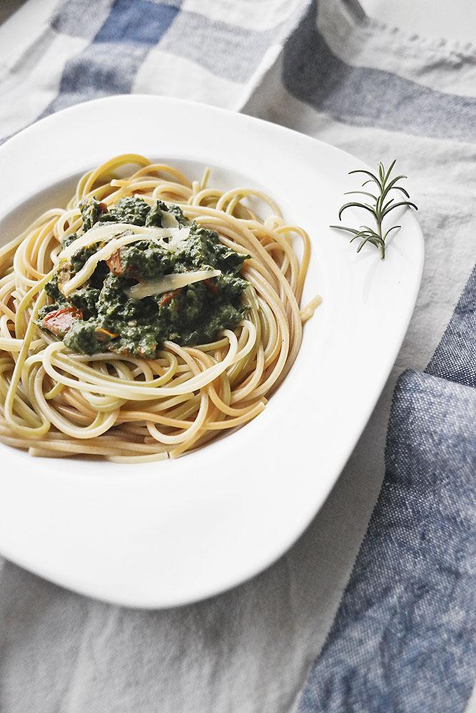 spaghetti w sosie szpinakowym