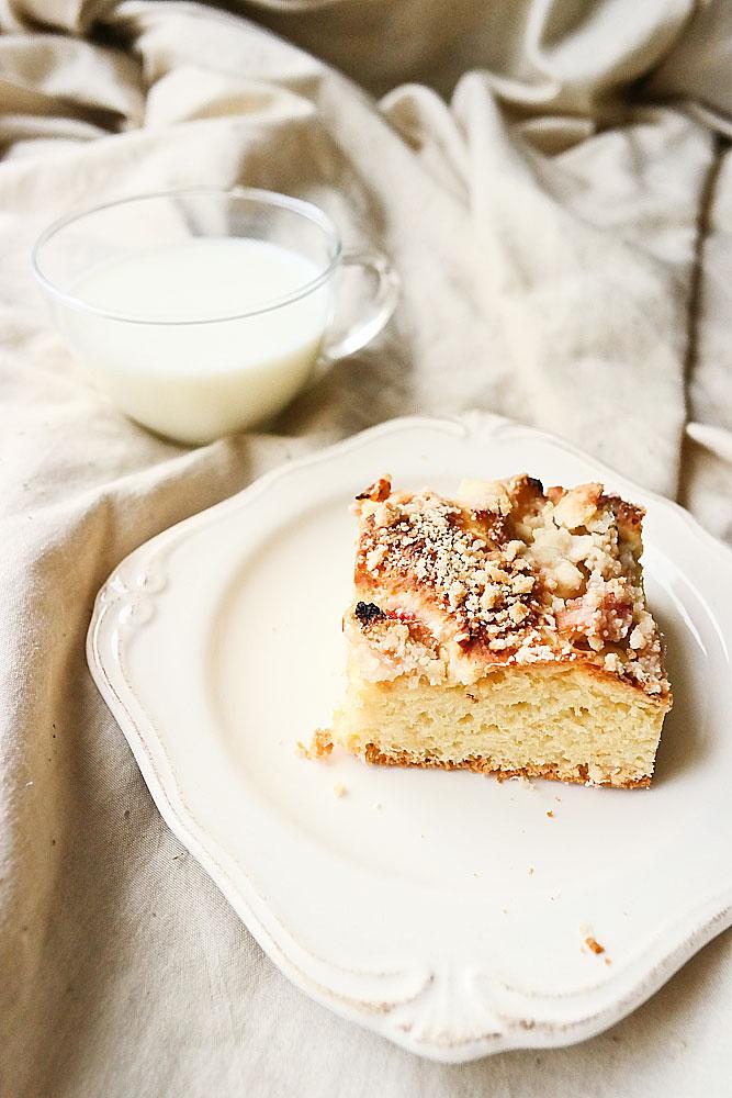 Ciasto drożdżowe z rabarbarem i kruszonką.
